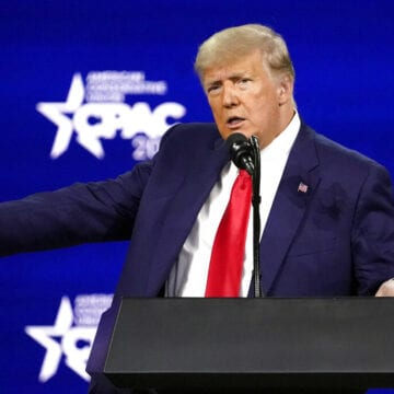 Trump back on national stage at CPAC